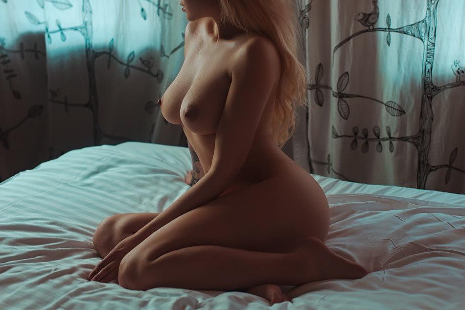 Девушки На Кровати С Обнаженной Грудью
