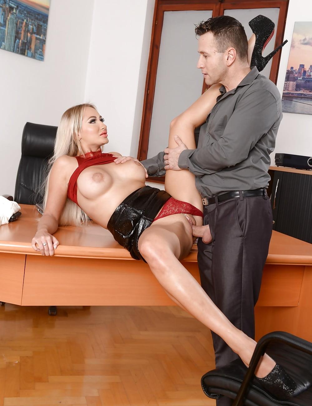 Красивая деваха дала своему похотливому начальнику