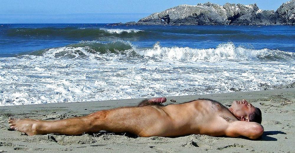 Обнаженные Мужчины На Пляже
