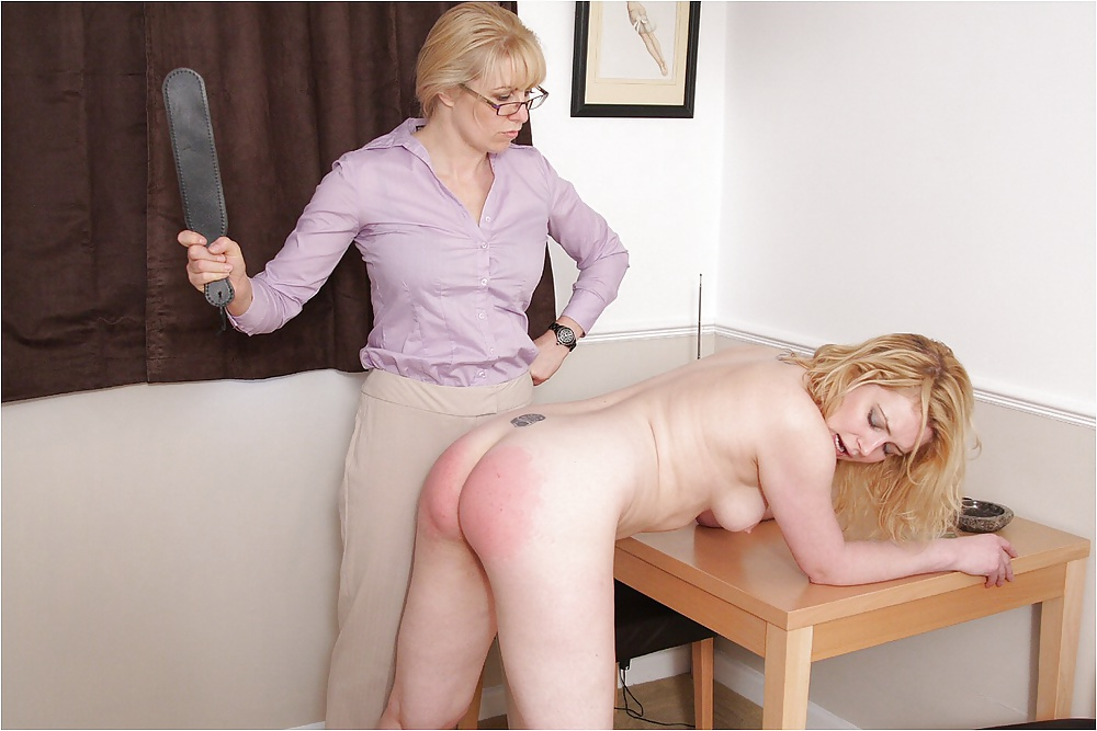 Boyfriend spanks butt naughty pink — photo 1