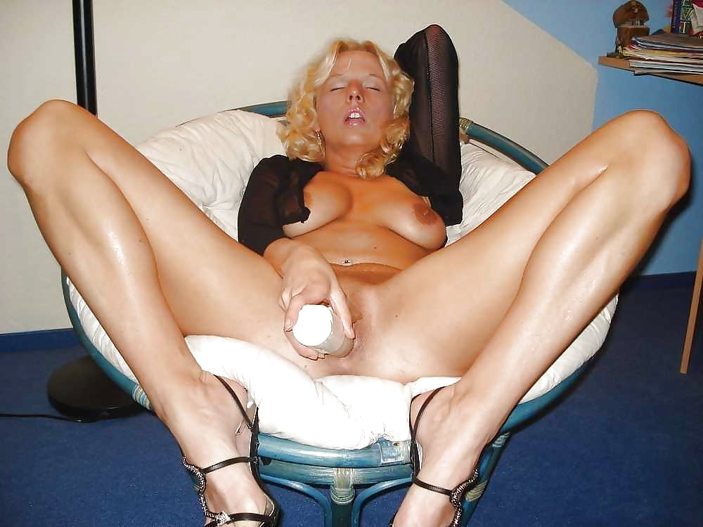 Mature milf masturbating herself