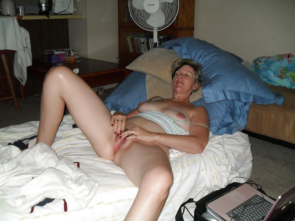Catching mom masturbate — pic 1