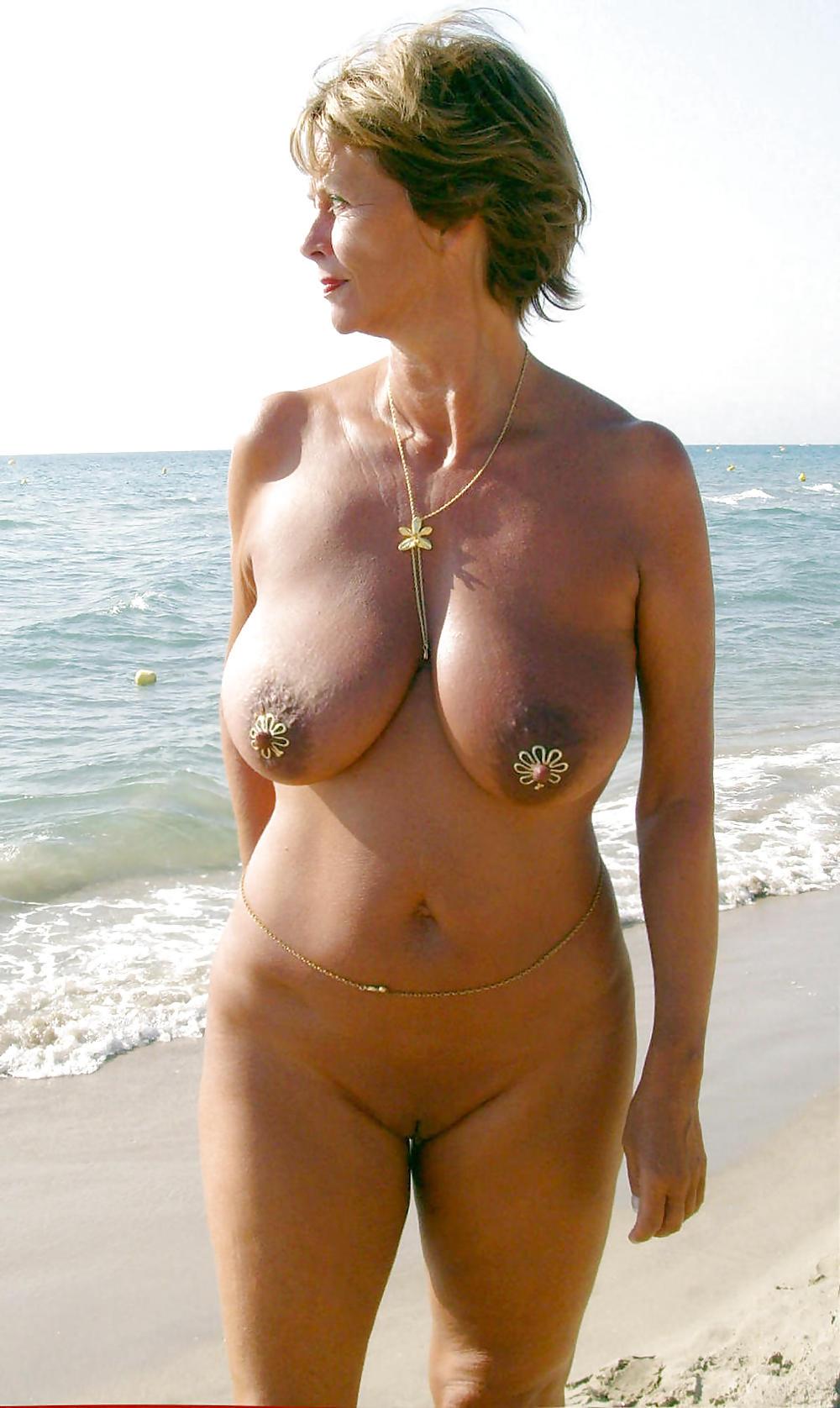 зрелые женщины на пляже с обнаженной грудью будете