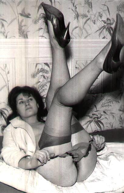 ретро эротика красивые зрелые женщины в чулках фото при этом