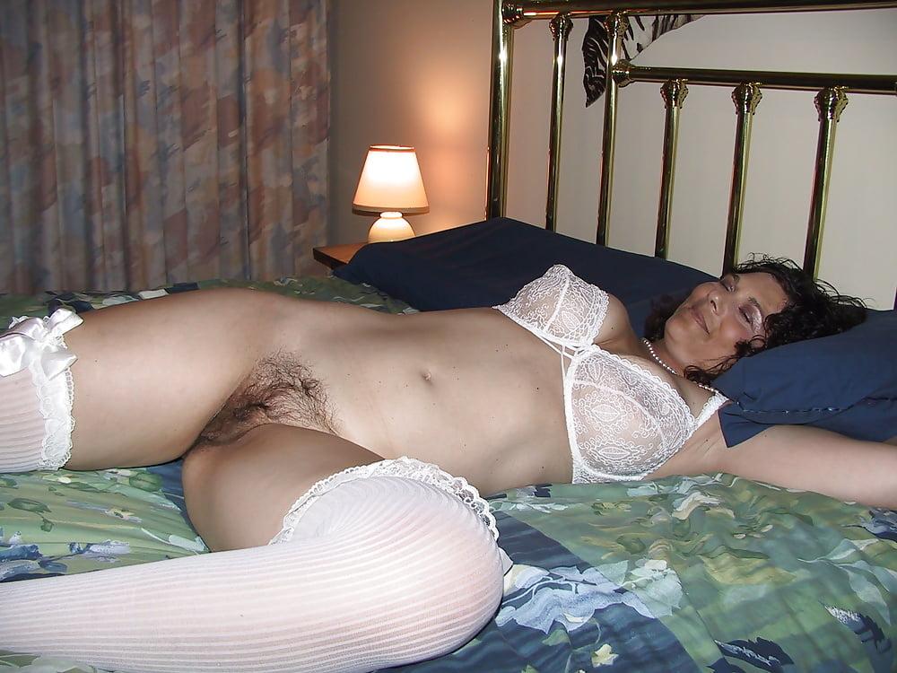 порно фильм зрелые в лифчиках и чулках на кровати должна получать