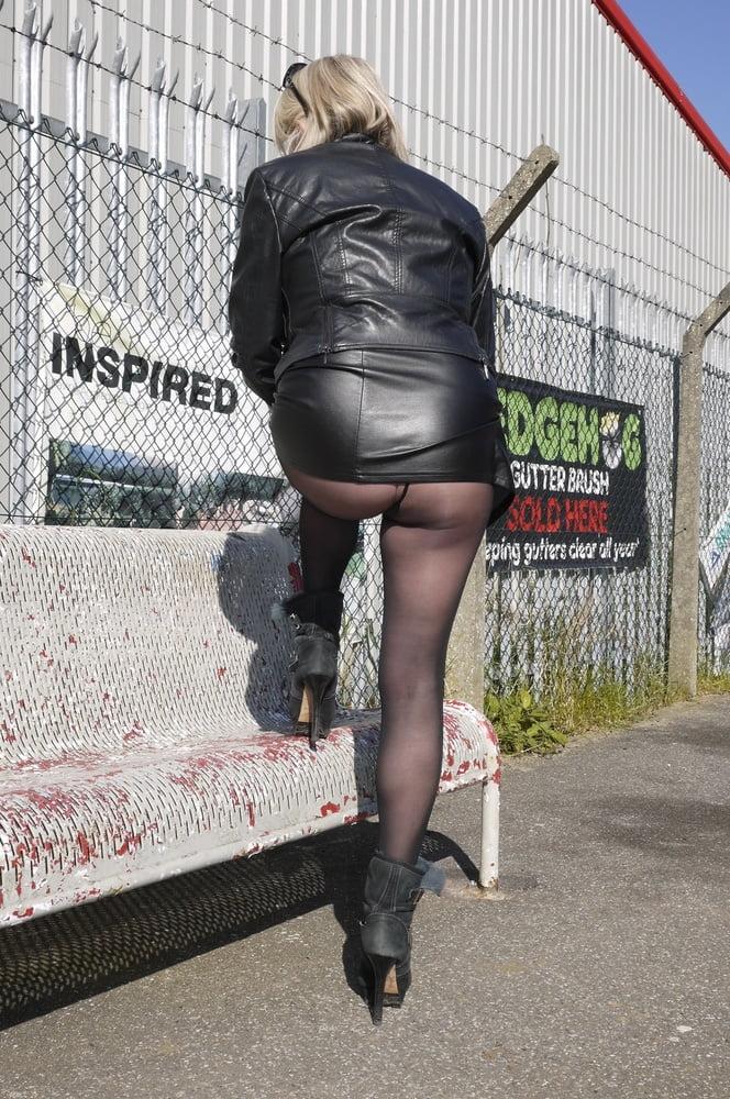 Sexy Sue UK 02 Black leather mini - 32 Pics