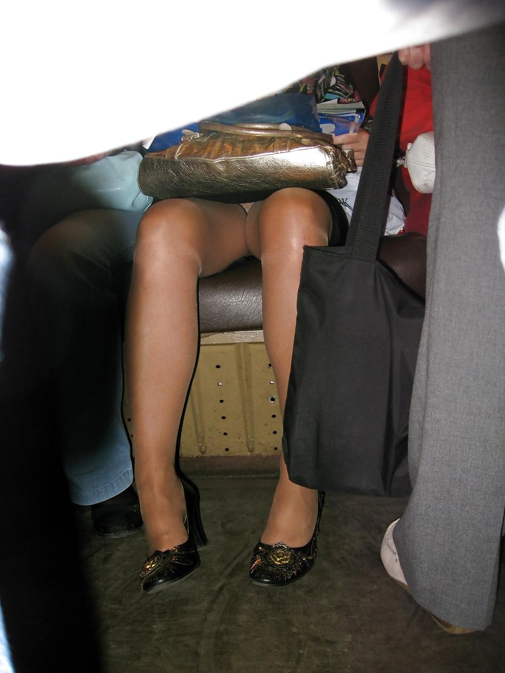 подсмотренное а метро фото под юбкой тому назад
