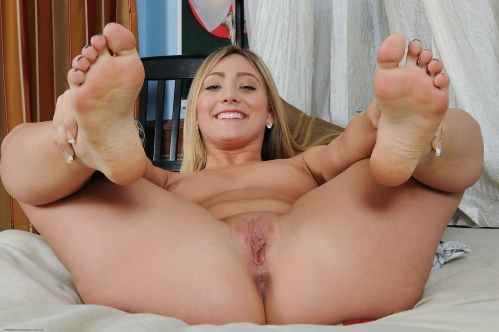 nude-girl-with-pretty-toes