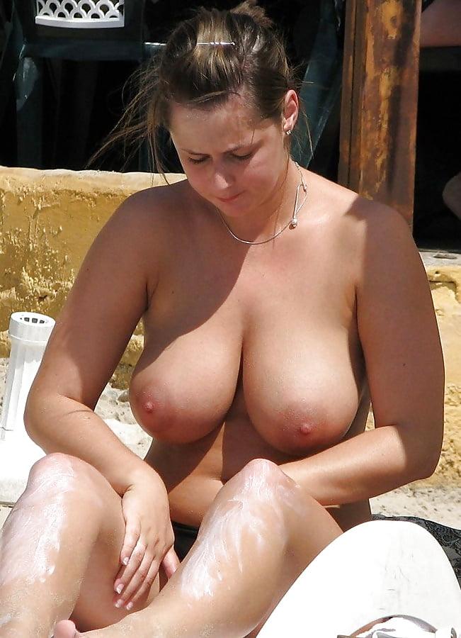 Загорелые девушки с отвисшими сиськами на пляже видео