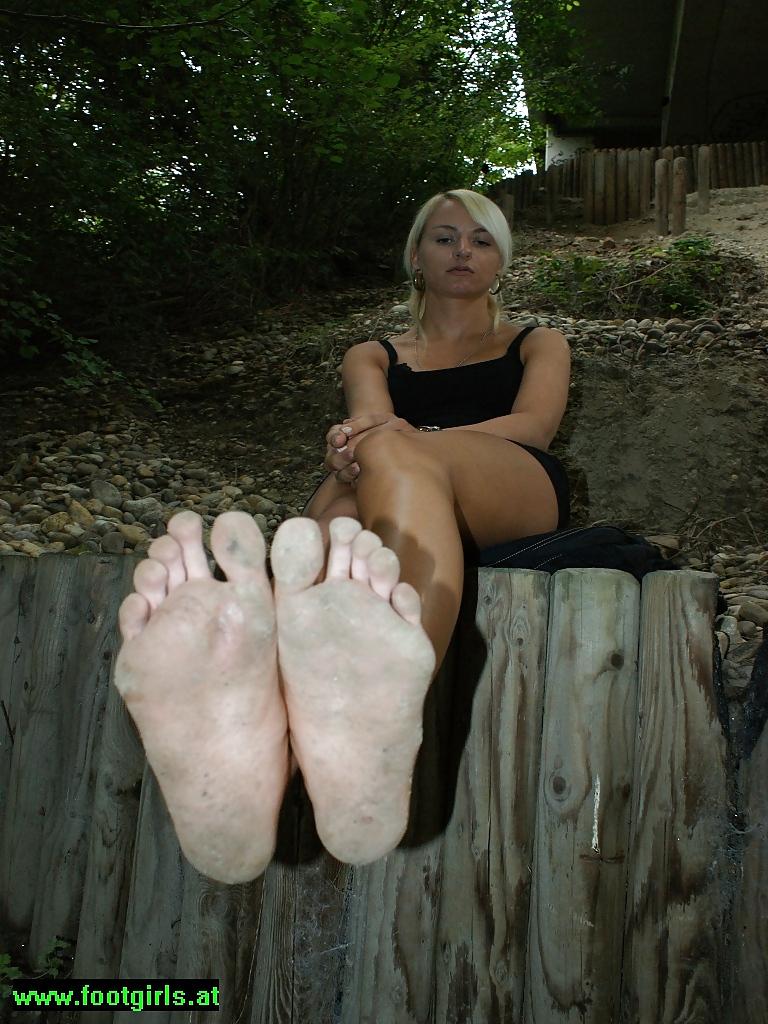 Вылизывают босые грязные женские ноги видео