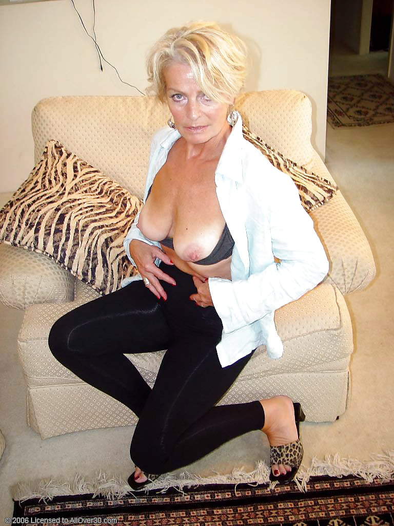 platinum-blonde-mature-women-lisa-snowdon-naked-boobs