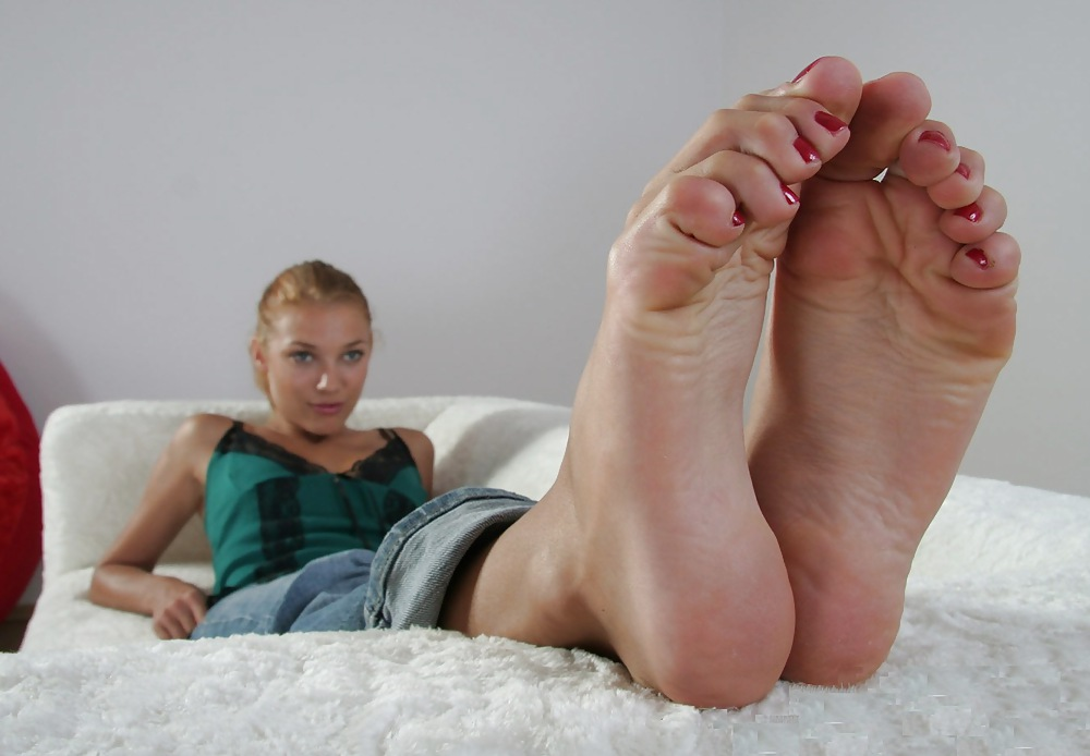 boy-naked-toes