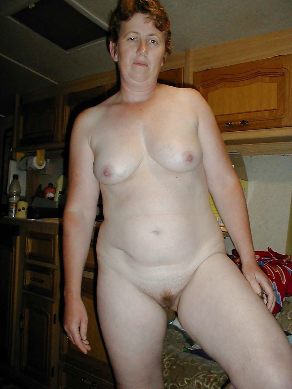 Она голышом ню фото тещу фотографирует зять трахают прямом эфире