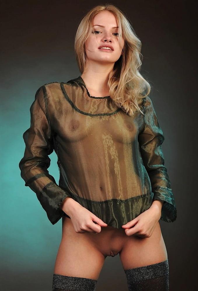 Женщины в блузках без трусов 15