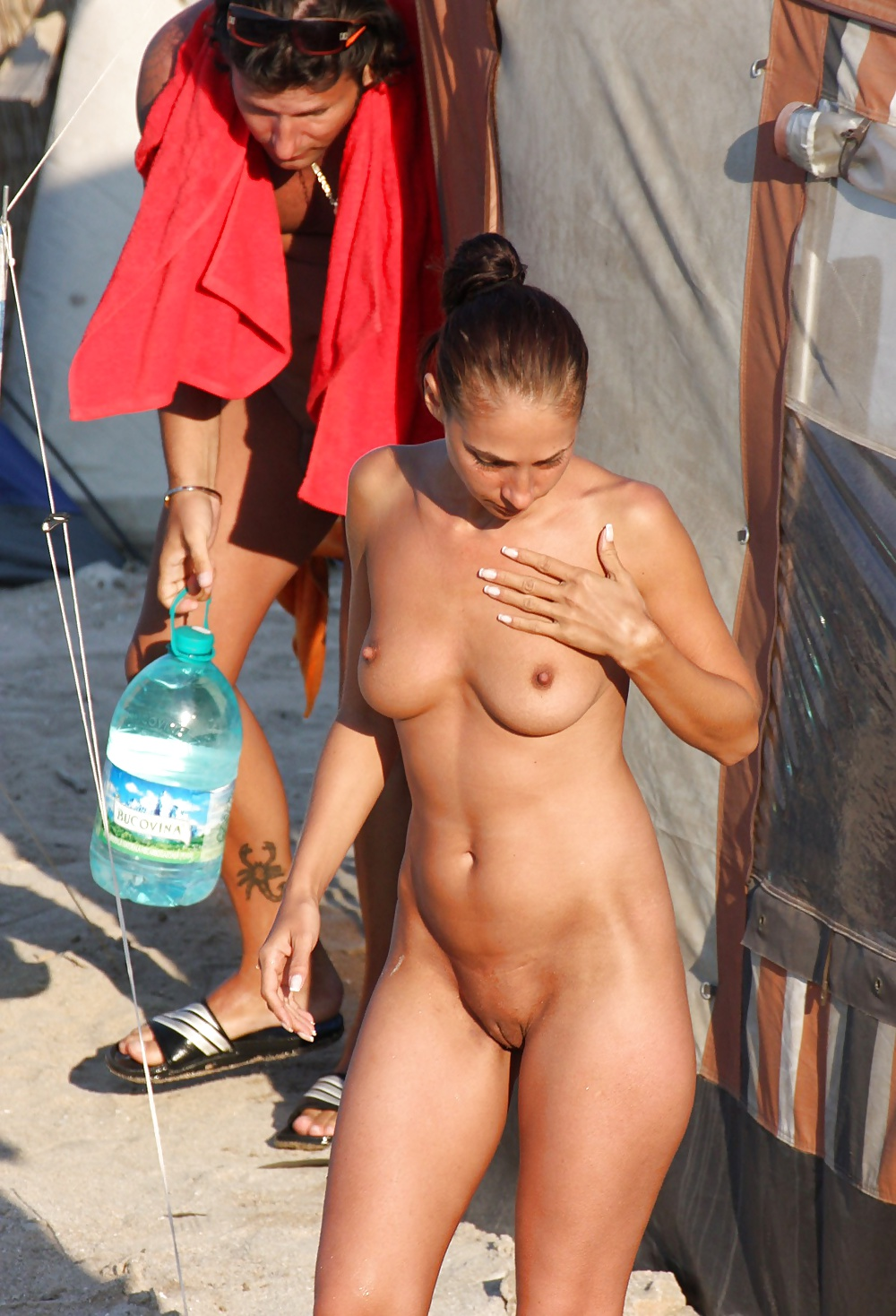 Girls caught bare naked — photo 15