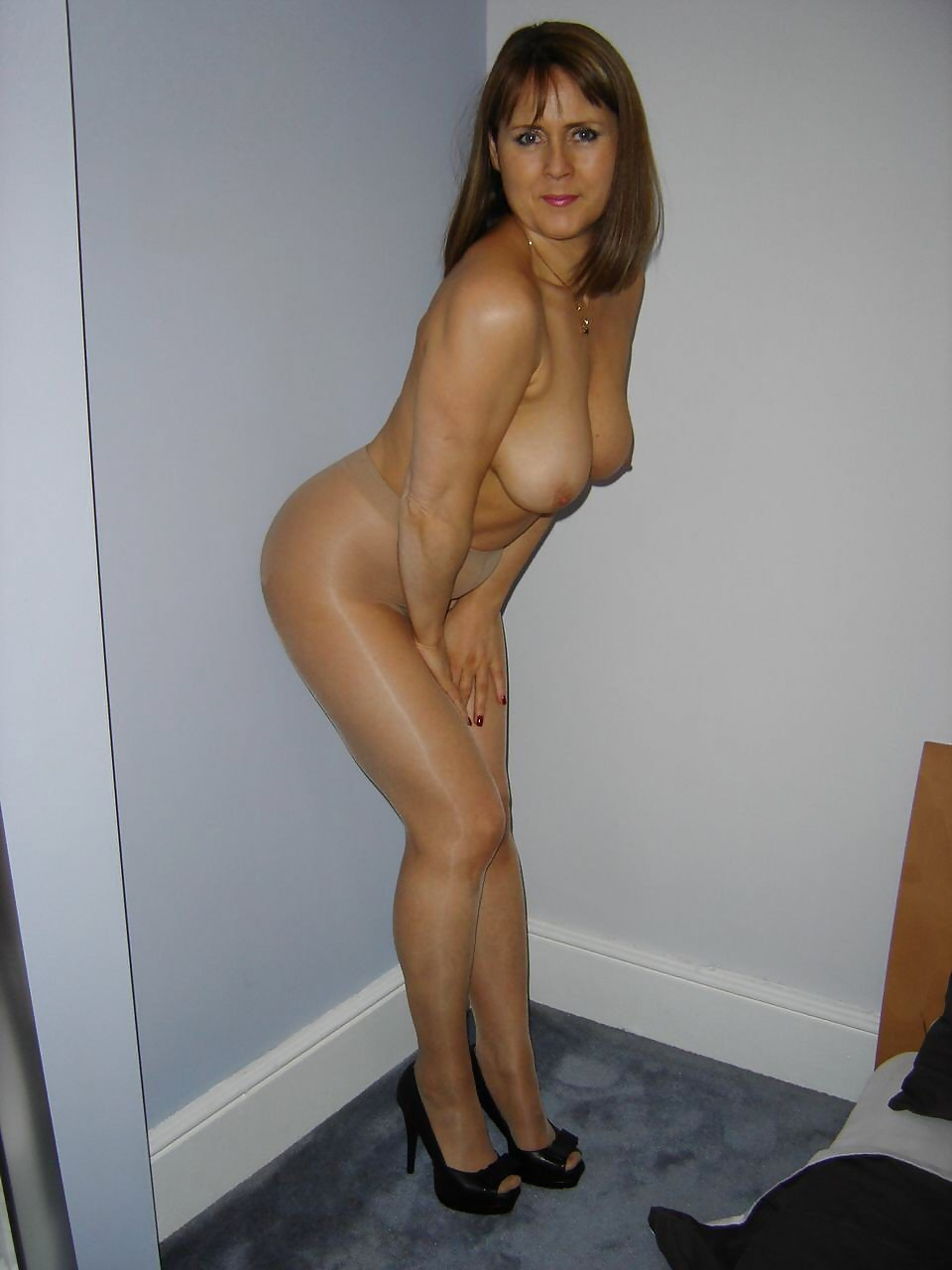 Lovely milf shows hot nude body