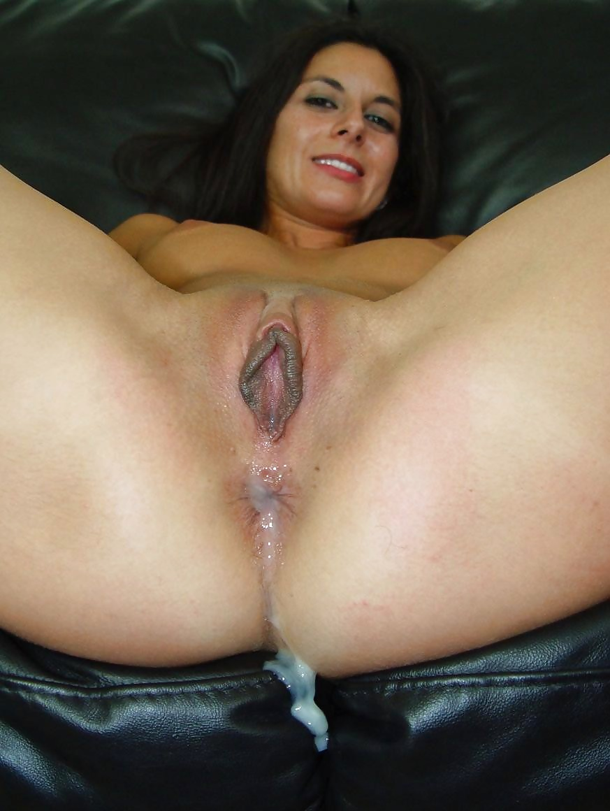 Cum pours out if milfs pussy