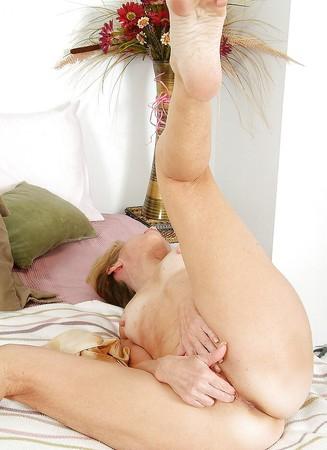 Amateur brunette sarah palmer solo morning masturbation