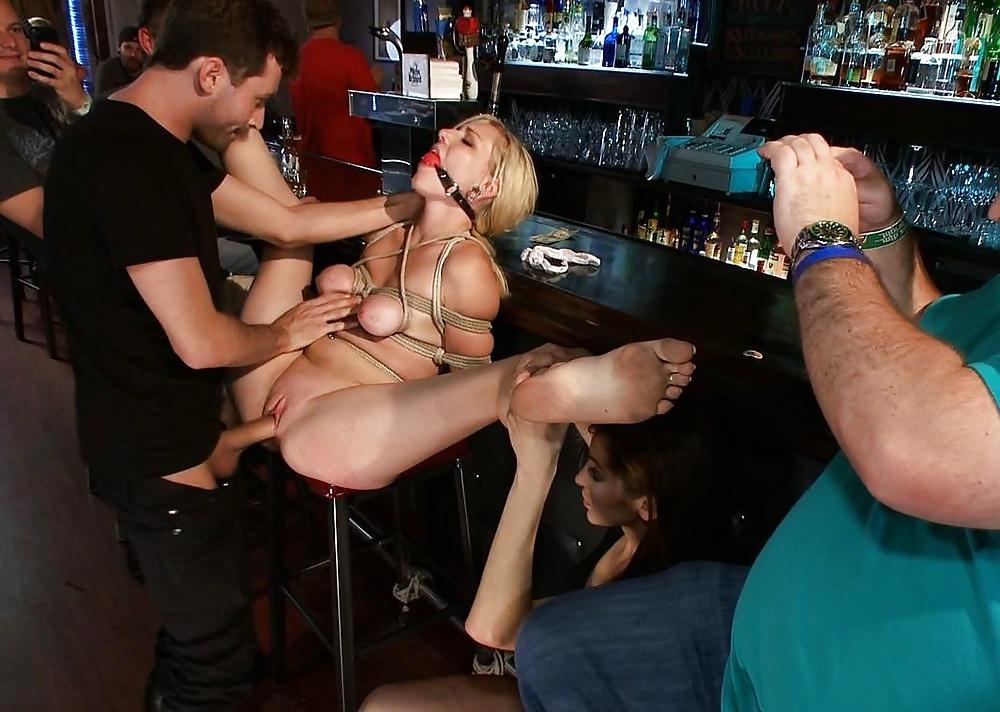 Порно садо в клубе 10