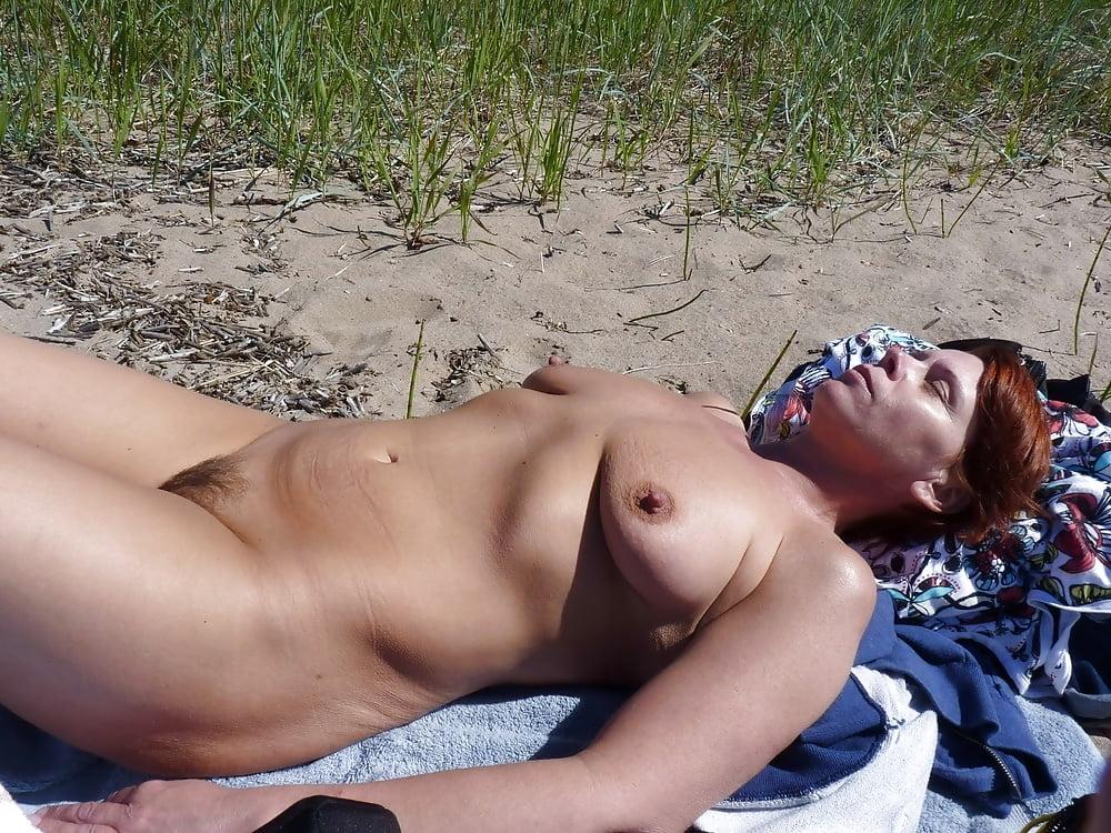 зрелые голышом на городском пляже фото секс