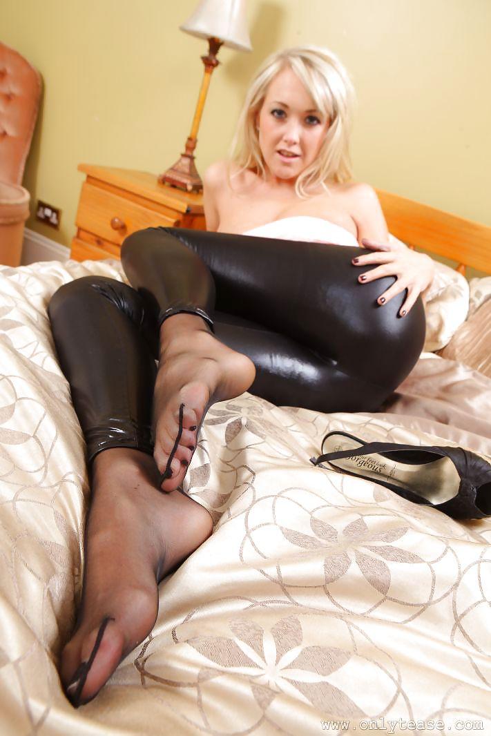 порно девушки в лосинах чулках носках ночам выходил лестничную
