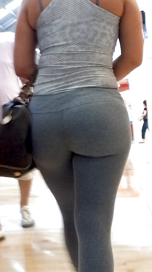 Candid voyeur milf in gray leggings