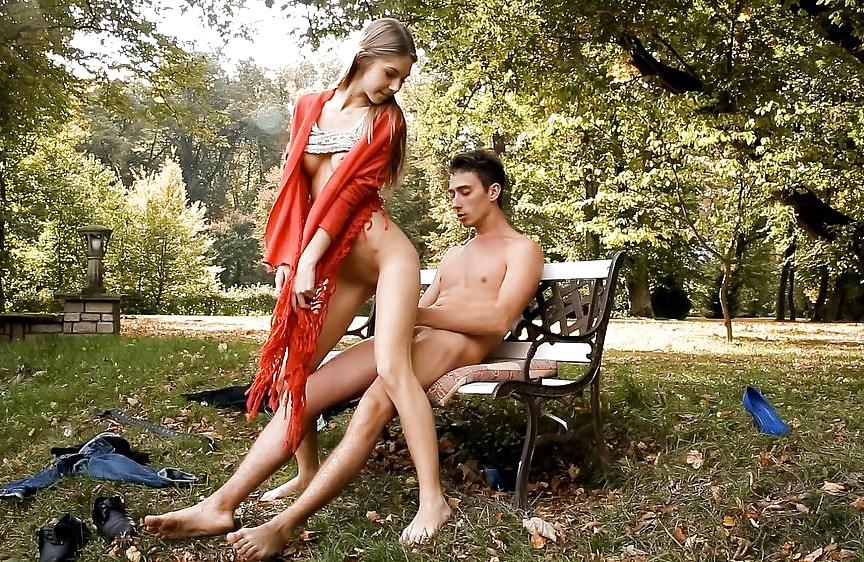 Секс в парке с двумя девушками