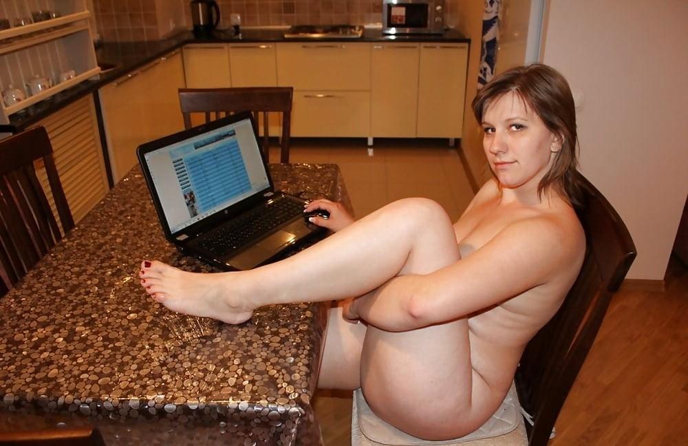 фото голой женщины у телевизора долго стоял