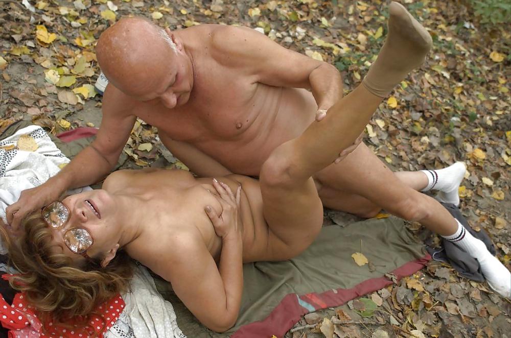Как пожилая женщина меня трахнула в лесу — pic 10