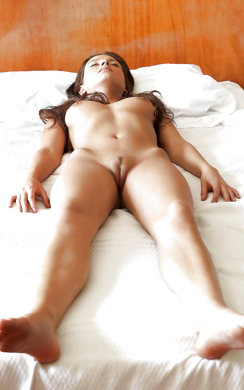 Вид пизды лежа на спине порно фото #7