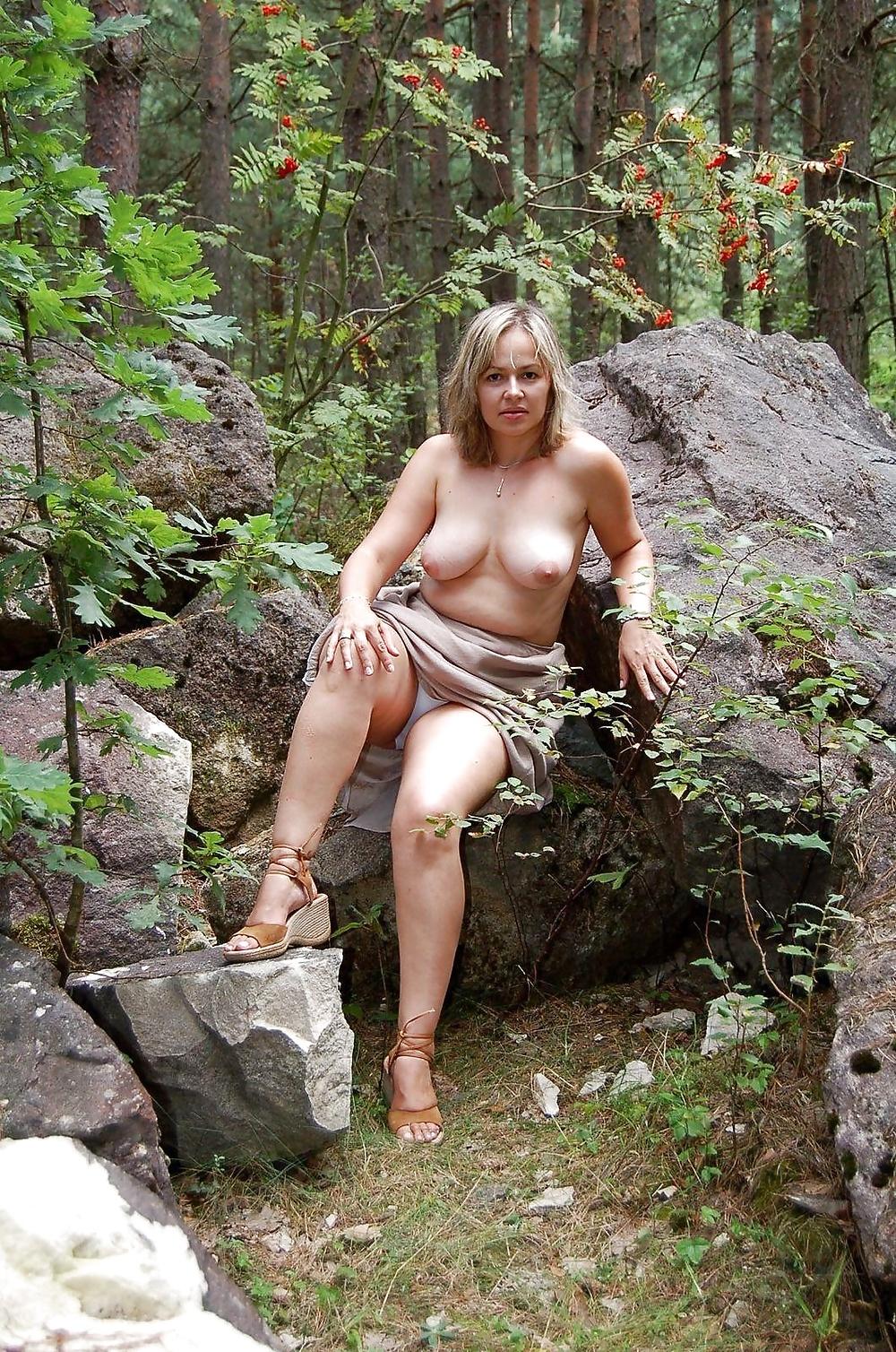 зрелые голые женщины под деревом - 3