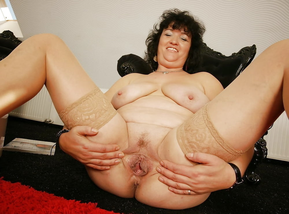 Old mature shaved pussy