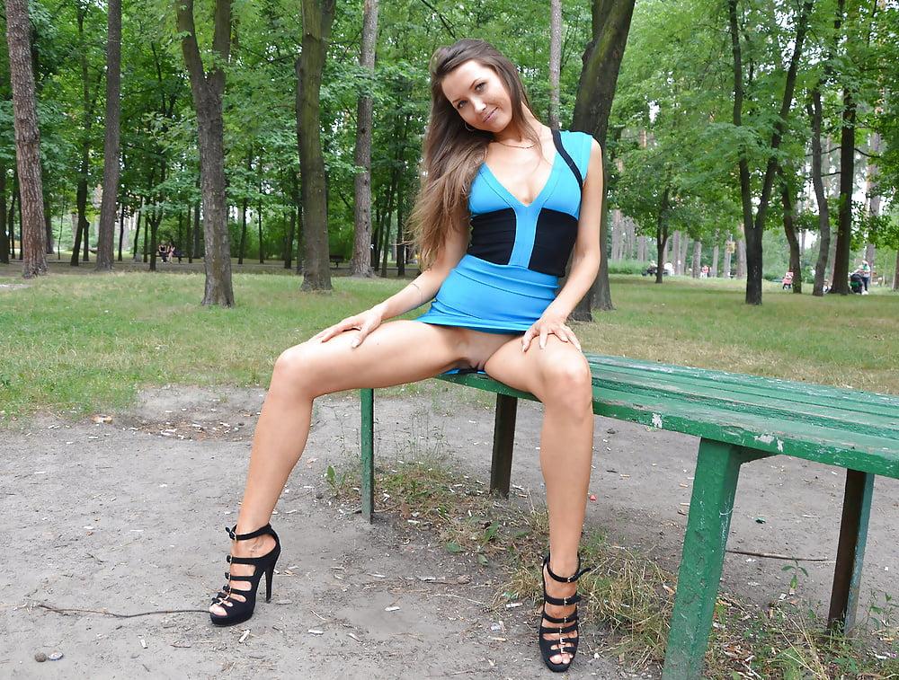 foto-golih-devushek-v-yubkah-i-platyah-strashno-seks