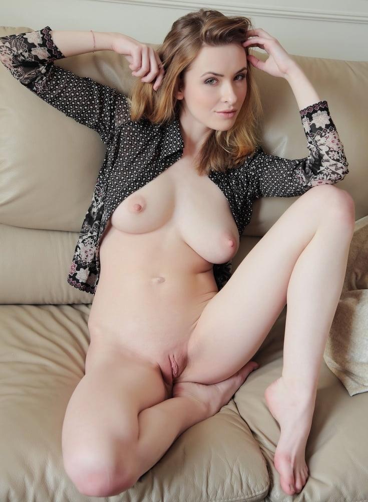 Белокожие порно модели, рабыня целует у госпожи ступни ног фото