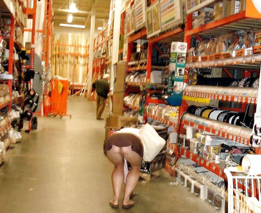 Женщины без трусов в магазине 1
