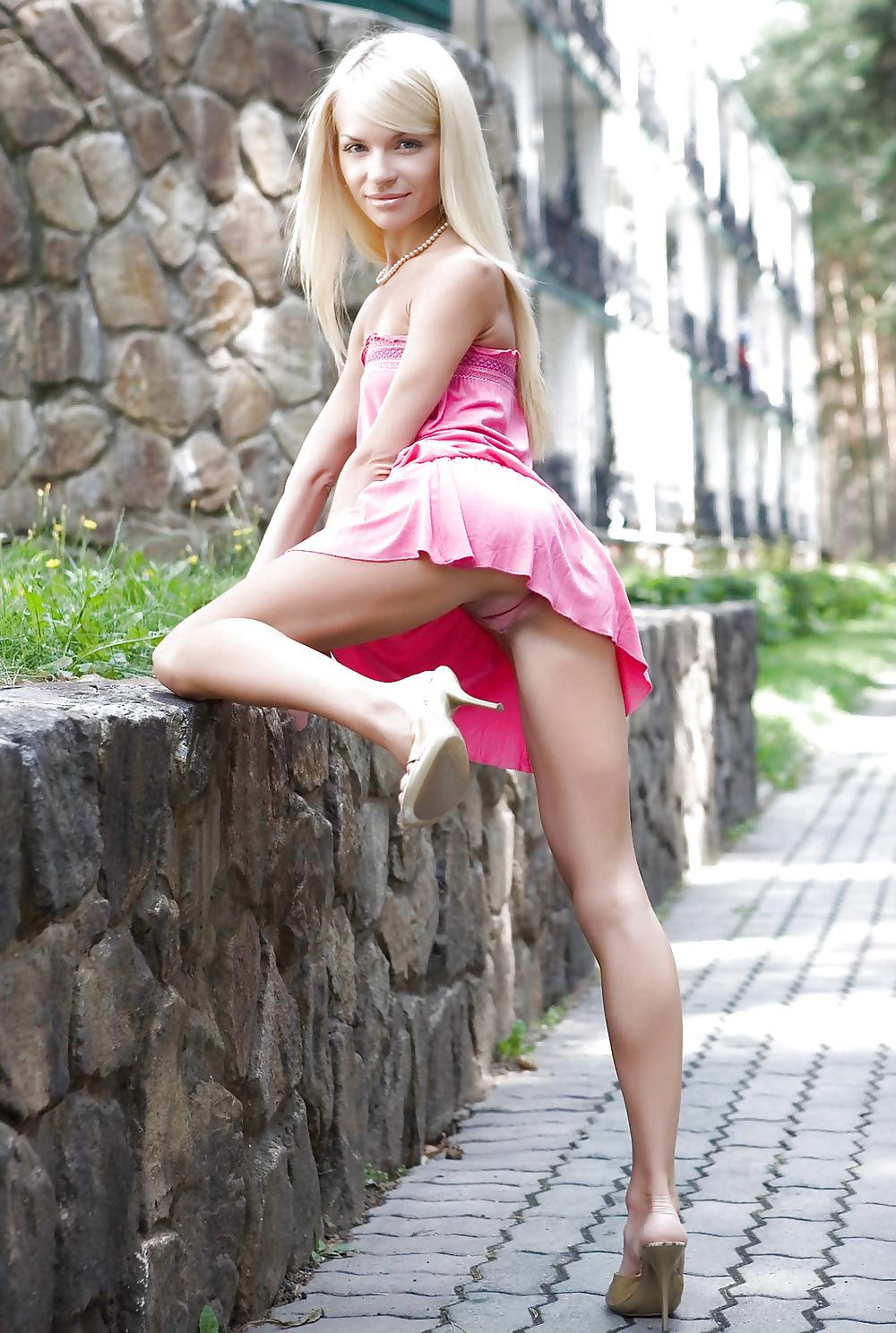 Высокая красивая девушка мини юбках пизда