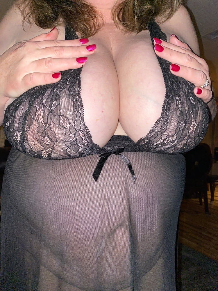 Sexy BBW wife in black - 66 Pics