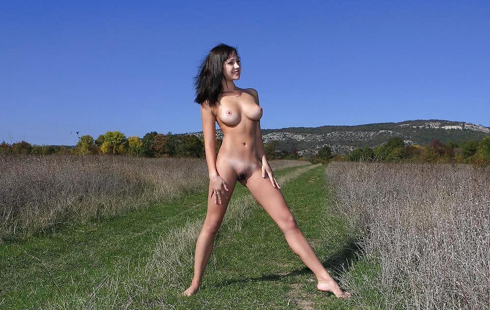эротические фотки у девок между ног брюнеток что-то шепнул