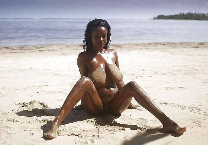Негритянки видео пляж покорно стоит раком