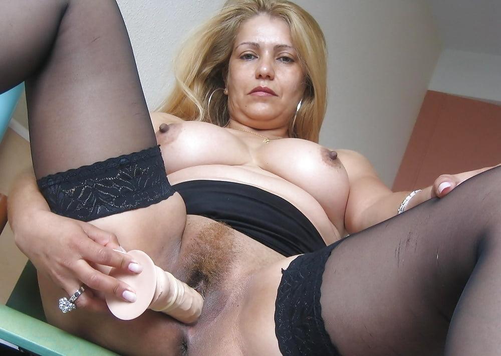 Домашние видео зрелая женщина мастурбирует рукой крупным планом, ебет в сексуальных трусиках