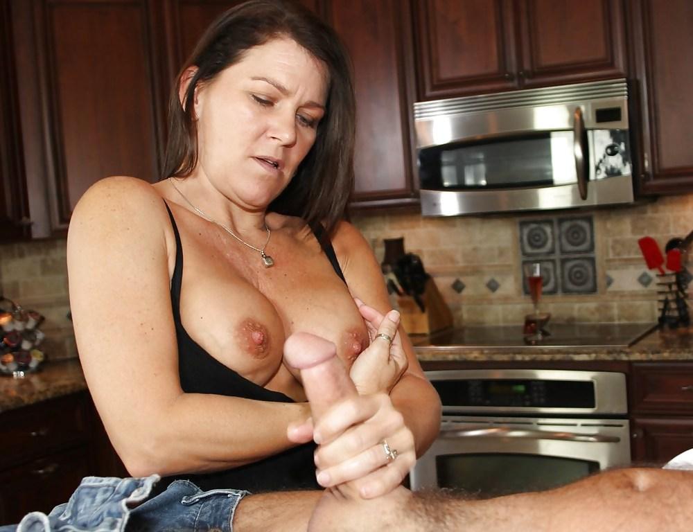 Женщина подрочила на кухне