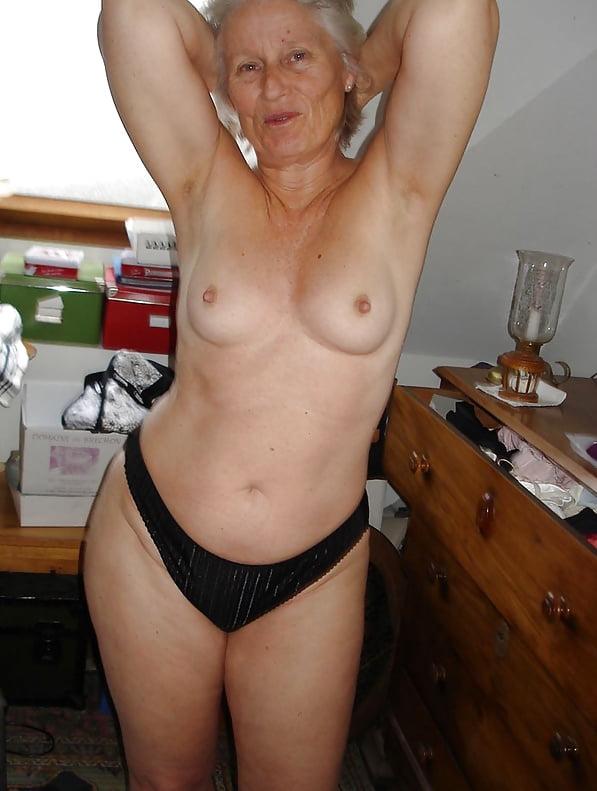 Фото домашнее частное голые старые женщины иностранки, пухлая дрочит в ванне