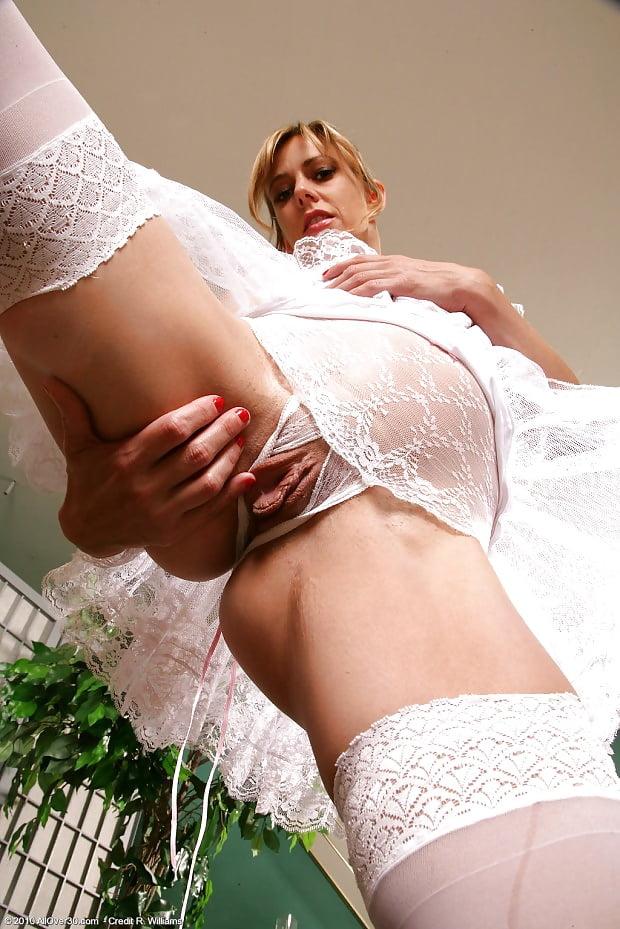 Невесты показывают все под платьем фото эротика