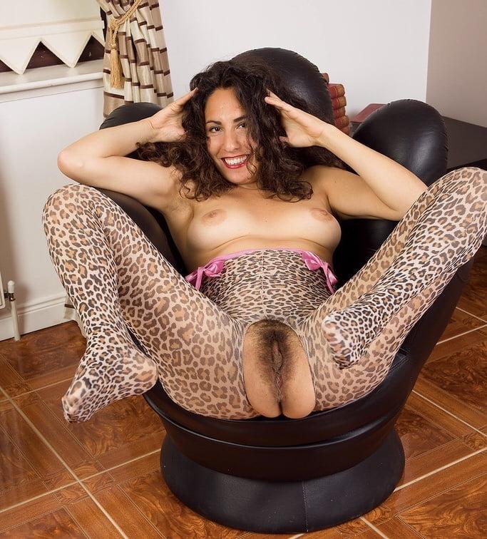 Девушка в леопардовом белье мастурбирует на работе — pic 1