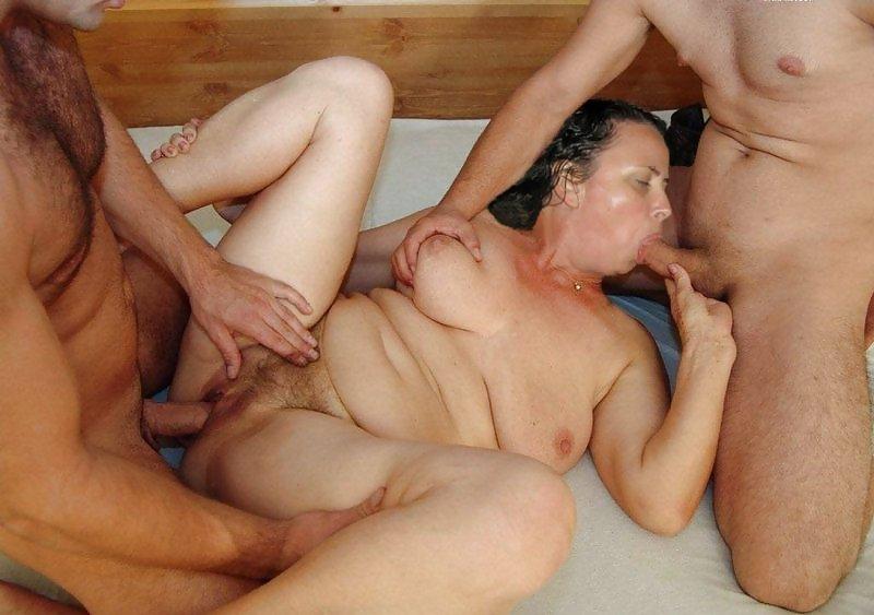 молодые парни трахают в две тяги пожилую фото чего него