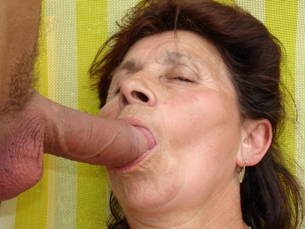 Старушка в рот кончают порно