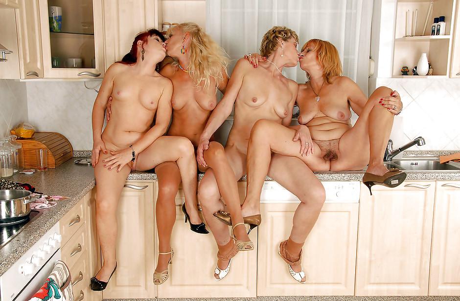 зрелые лесбиянки подсматривают и присоединяются после его