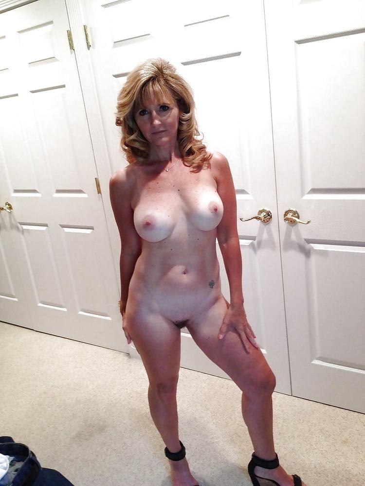 Stunning mature cougar naked and masturbating on webcam