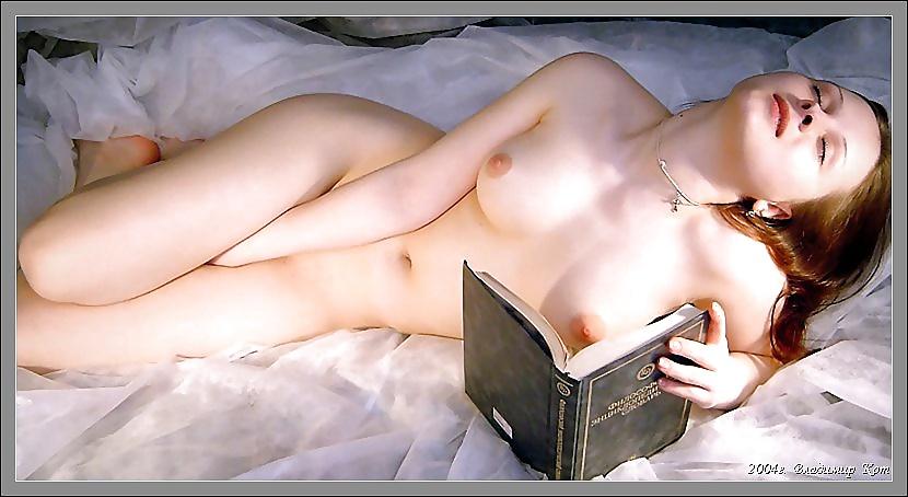 Голые девушки с книжкой — pic 13
