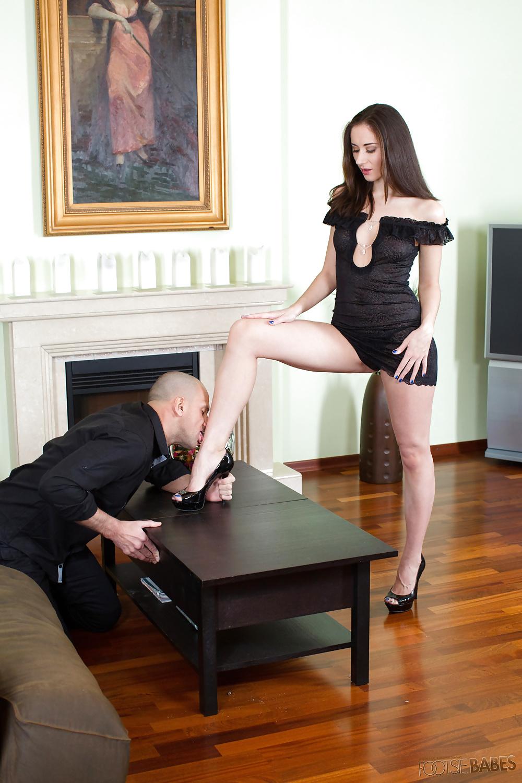 Картинки раб целует ножки госпожи